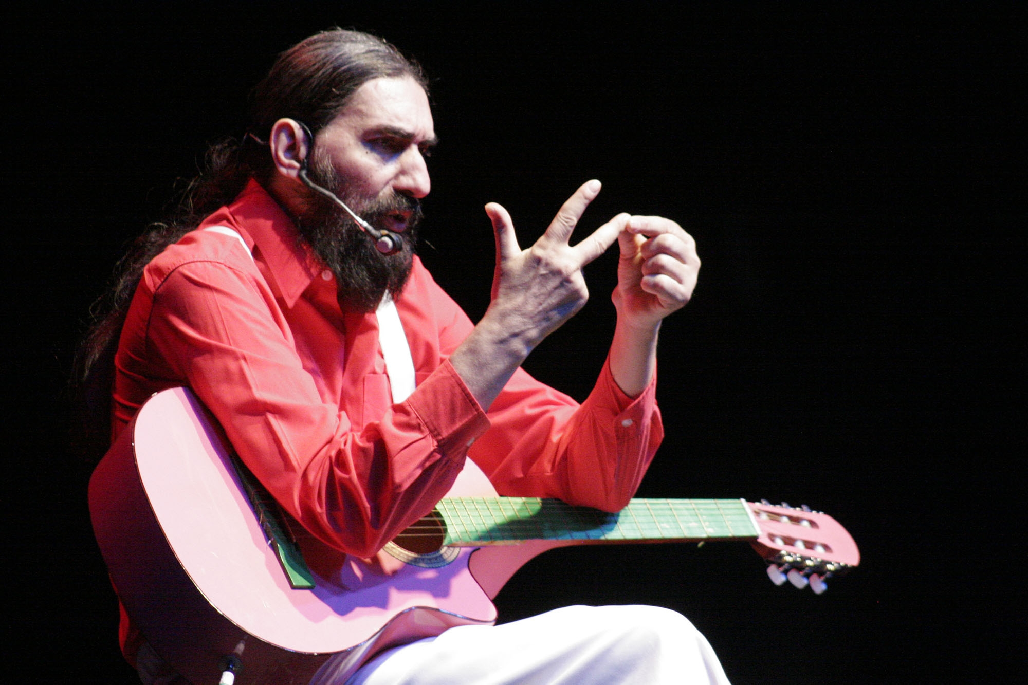 Hugo Varela trae su guitarra indomable